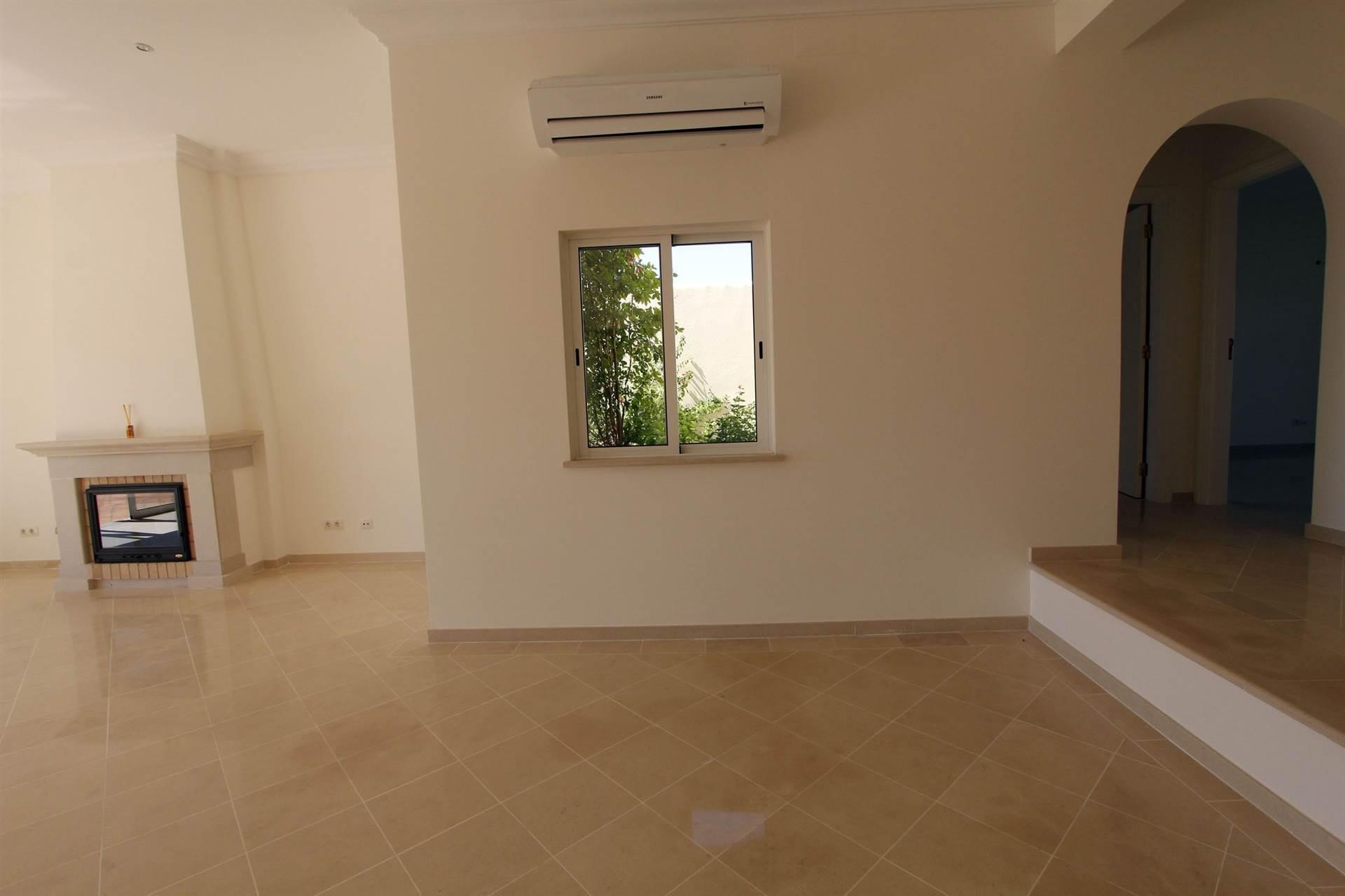 Luxuosa Villa V4 de sonho com piscina aquecida, vista mar e serra situada em Loulé,