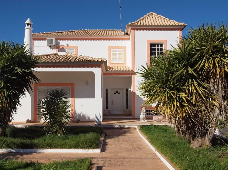Spacious 4 Bedroom Villa close to Town