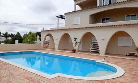 Maison Extraordinaire de 4 Chambres avec Piscine et Terrasses avec Vue sur l'Mer situé à Praia da Luz