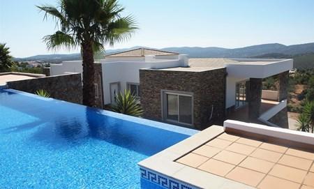 4 sovrumsvilla med Pool och tennisbana