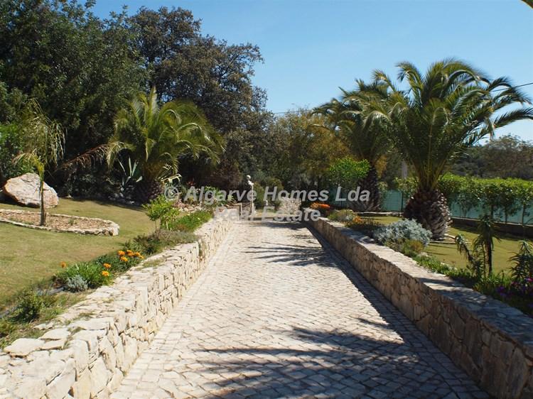 Villa for Sale Santa Barbara de Nexe Garden Driveway