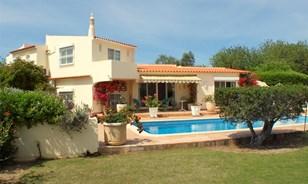 Belamente apresentado Villa com país Views