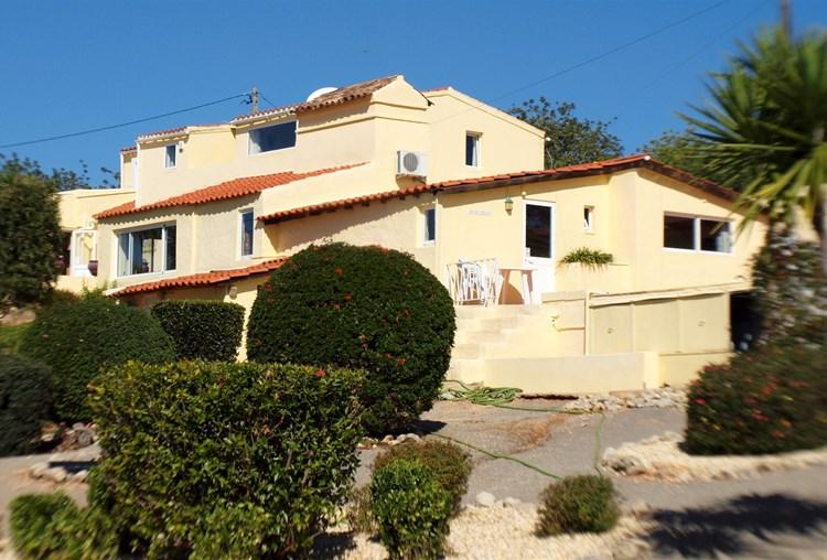 Gepflegte Villa und Nebengebäude mit Blick auf die Landschaft und Meer.